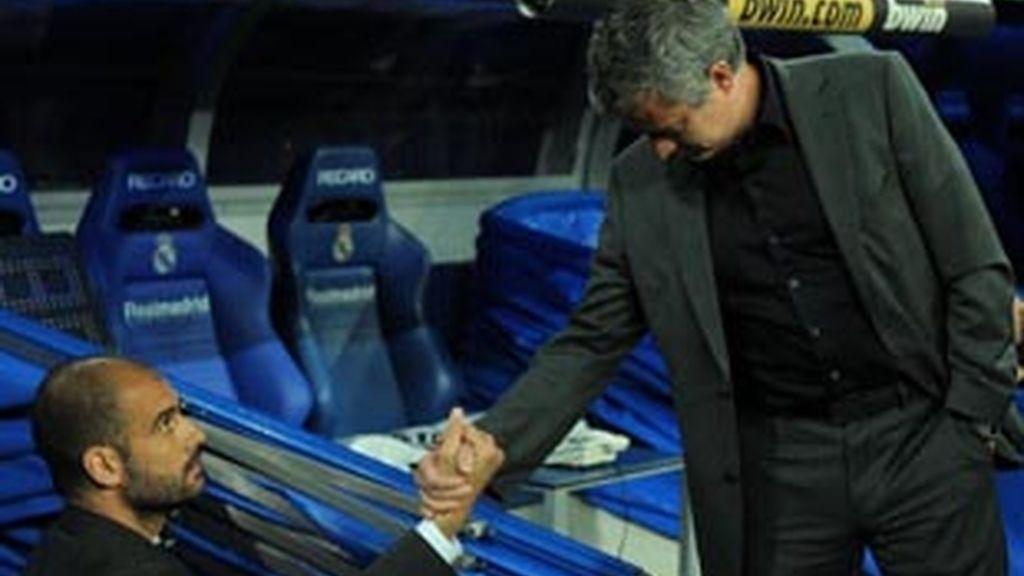 Guardiola y Mourinho se saludan antes del clásico.