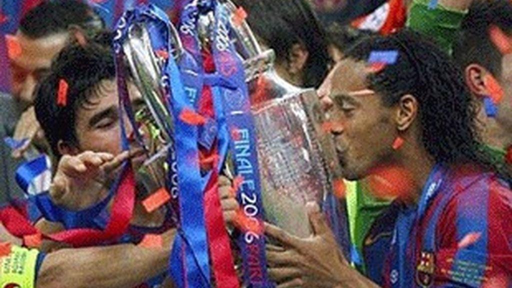 Ronaldinho besa la copa de la Champions 2005-2006.
