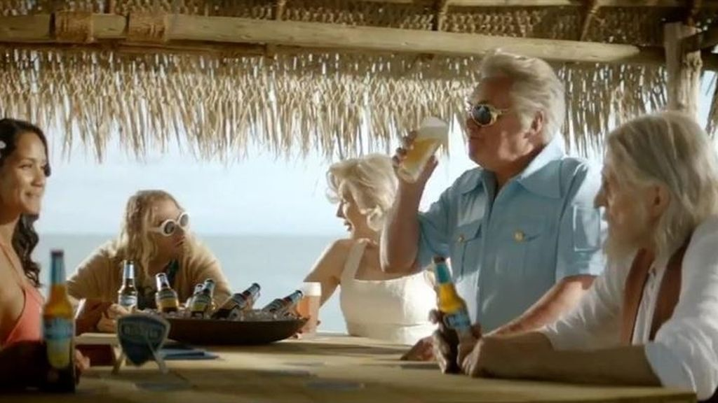 Elvis, John Lennon y Marilyn viven en una isla bebiendo cerveza