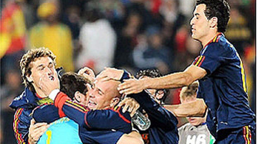 Los compañeros abrazan al portero Casillas al final del España-Paraguay.