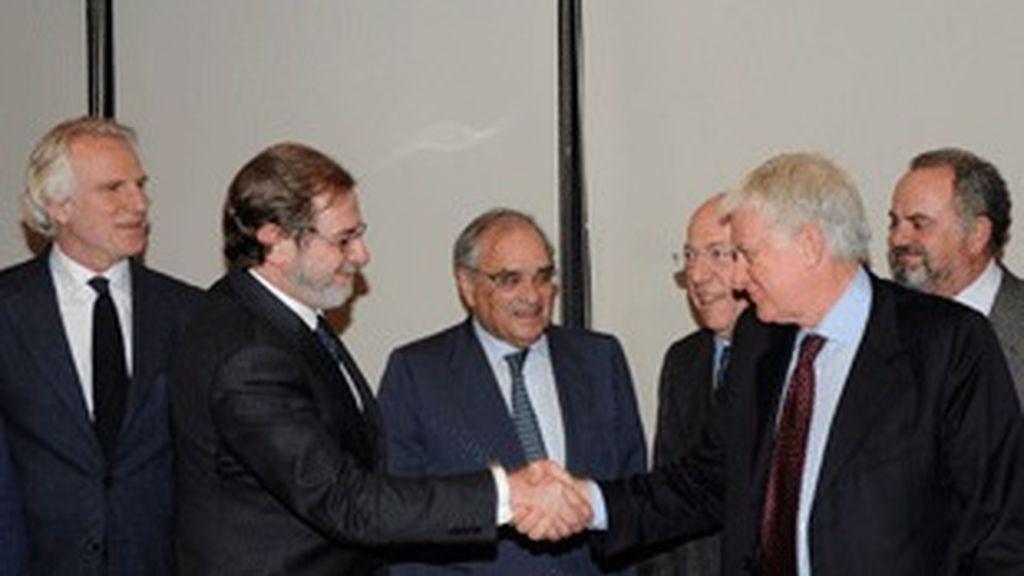 De izquierda a derecha, Guiseppe Tringali, Juan Luis Cebrián, Rodolfo Martín Villa, Fedele Confalonieri, Paolo Vasile e Ignacio Polanco.