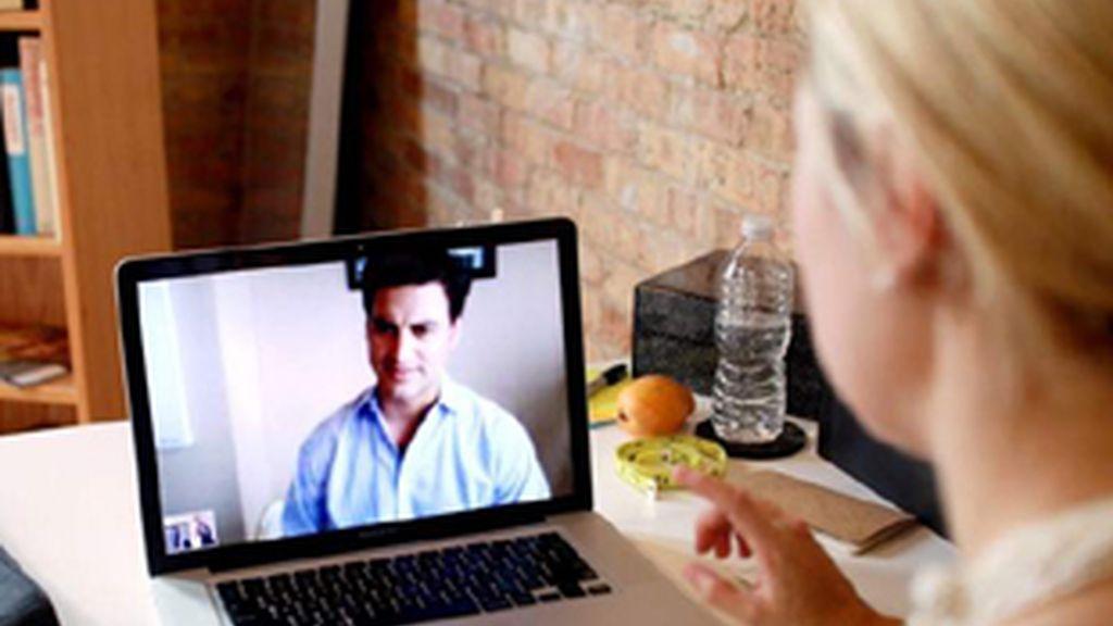 Dos usuarios conversan a través de Skype.