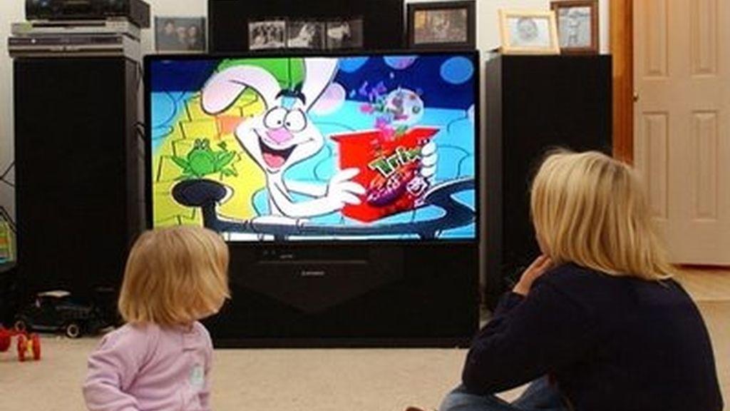 Niños mirando la tele