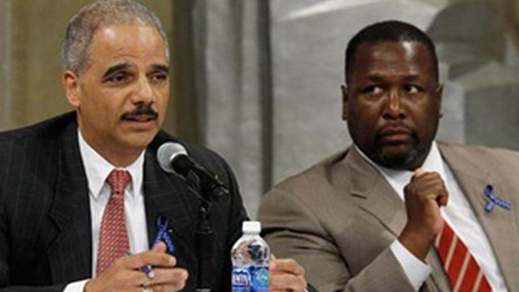 El fiscal general de Estados Unidos, Eric Holder (izquierda), y el actor de 'The wire' Wendell Pierce (derecha).