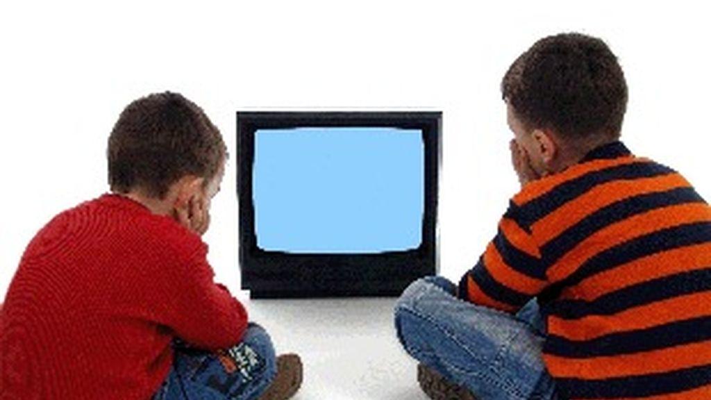 Dos niños ven la televisión.