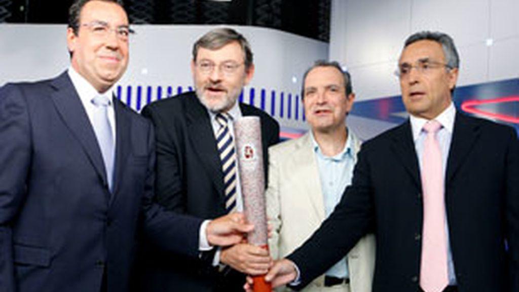 De izquierda a derecha, Miguel Carballeda, Jaime Lissavetzky, Luis Fernández y Alejandro Blanco sostienen la antorcha olímpica.