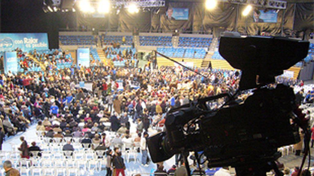 Una cámara de televisión en un mitin del PP.