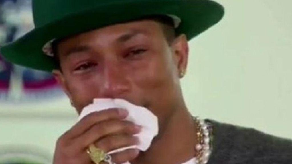 Pharrel Williams llora en el 'show' de Oprah por un vídeo de sus fans