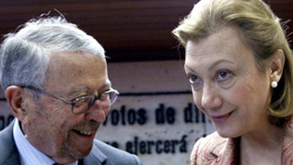 Alberto Oliart, presidente de RTVE, junto a la presidenta de la comisión mixta de control, Luisa Fernanda Rudi.