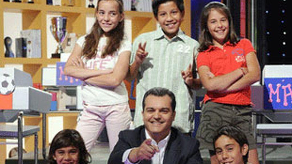 Ramón García, con los niños del programa.