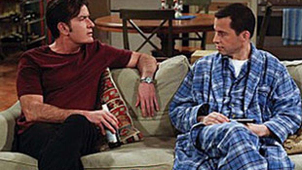 Charlie Sheen (izquierda), en 'Dos hombres y medio'.