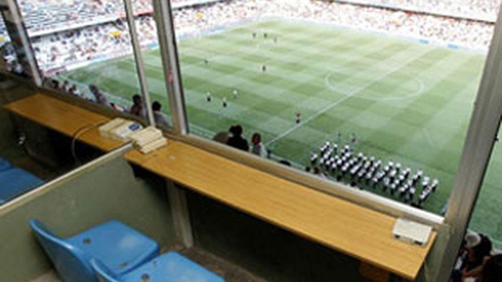 Imagen de una cabina de radio en un estadio de fútbol.