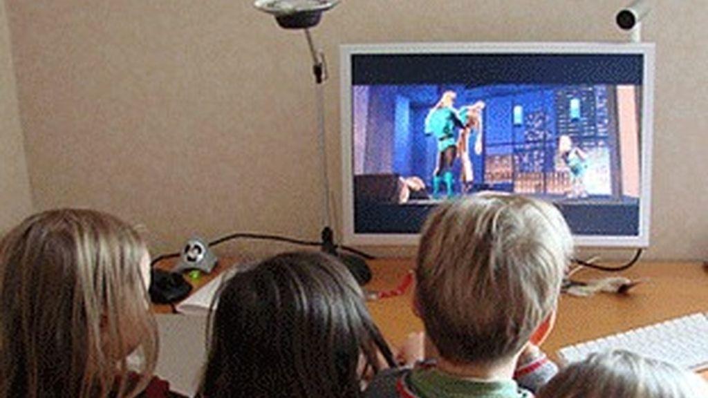 Unos niños, frente al televisor.