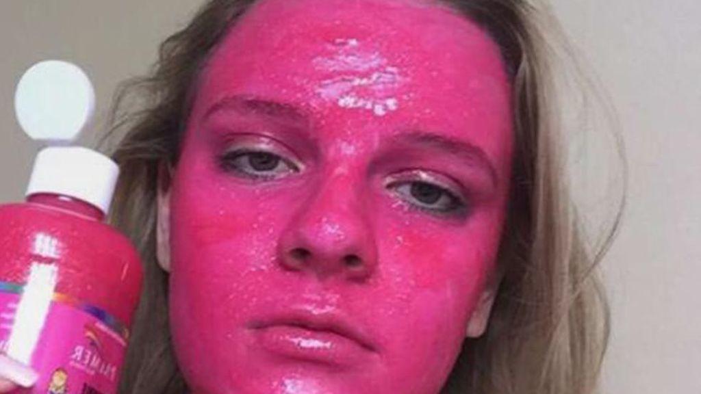 Se convierte en 'la persona más rosa del mundo' tras experimentar con su mascarilla