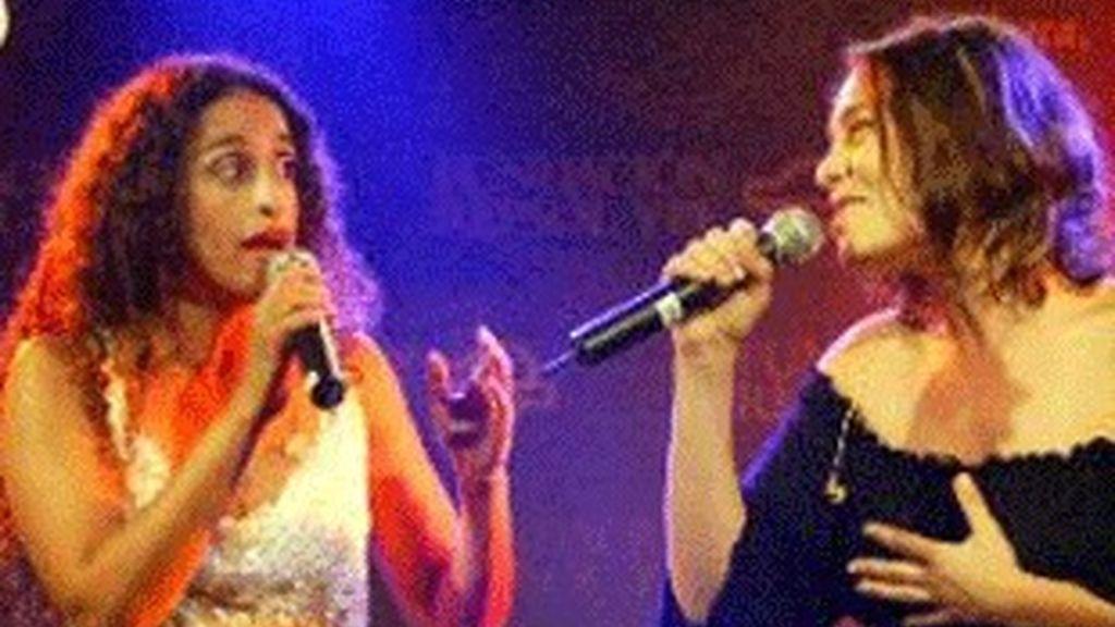 Noa (izquierda) y Mira Awad, durante una actuación.