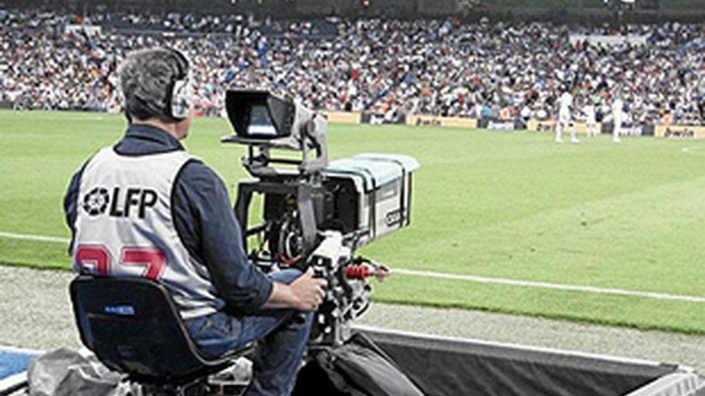 Cámara de televisión en un campo de fútbol.