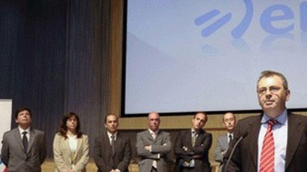 El director general de ETB, Alberto Surio, frente al micrófono, junto a su equipo.