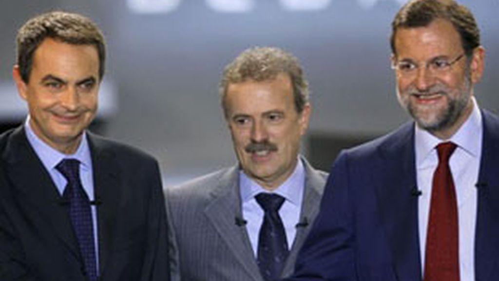 José Luis Rodríguez Zapatero (izquierda) y Mariano Rajoy (derecha) en el debate electoral de 2008 moderado por Manuel Campo Vidal (centro).