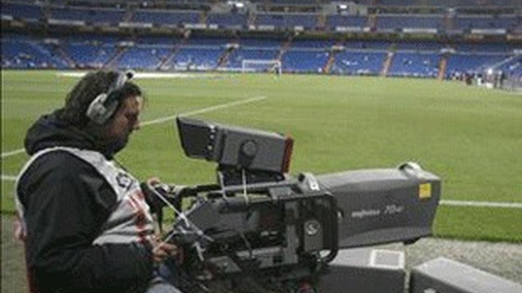Un cámara, en el Santiago Bernabéu.