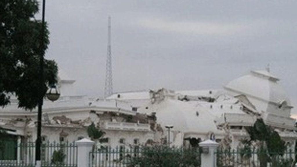 Edificio derruido por el terremoto de 7 grados en Haití.