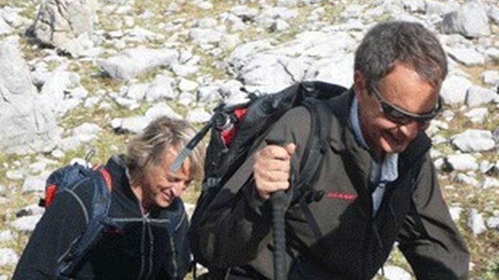 José Luis Zapatero, seguido de Jesús Calleja, en los Picos de Europa.