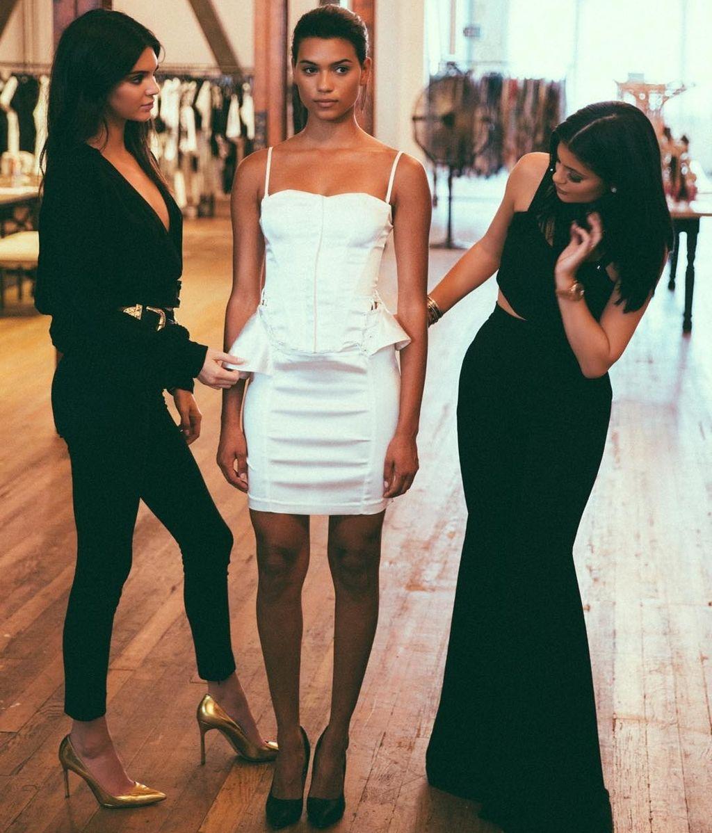 Kylie y Kendall Jenner debutan como diseñadoras de moda