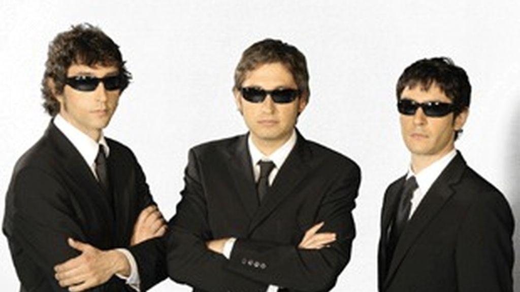 De izquierda a derecha, Toni Garrido, Fran Blanco y Juanra Bonet, los presentadores de 'Caiga quien caiga'.
