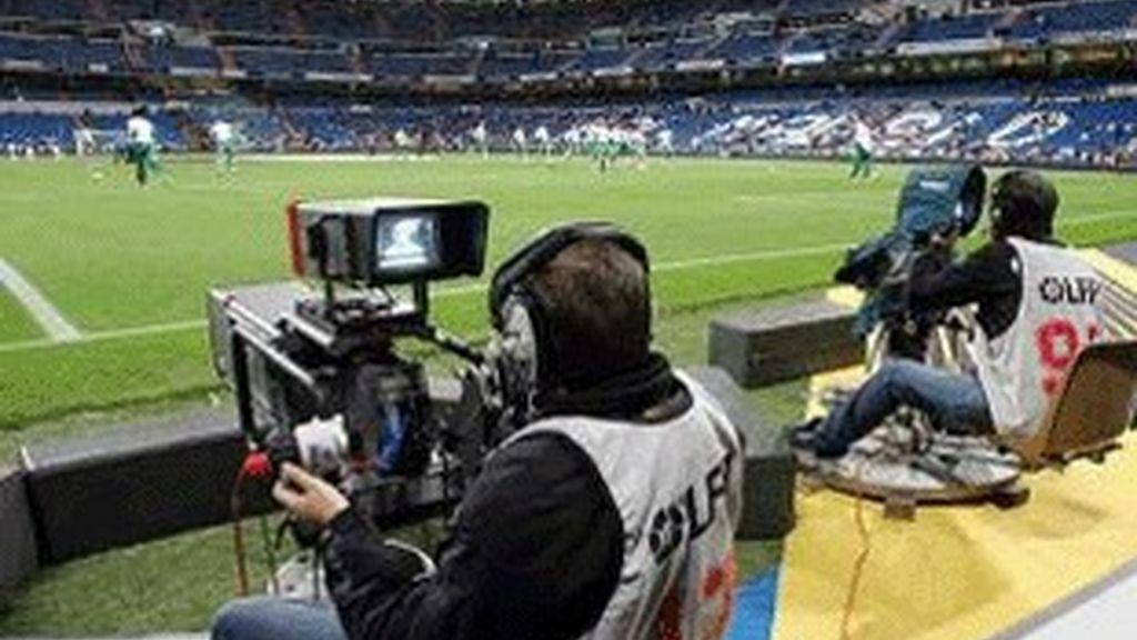 Cámaras retransmitiendo un partido de fútbol.