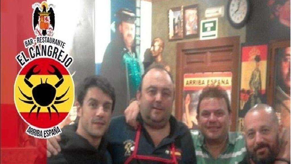 Pepón Nieto y Alejo Sauras en un bar franquista