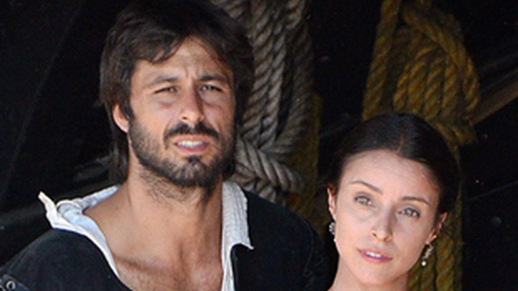 El capitán (Hugo Silva) y Mencía de Calderón (Ingrid Rubio).