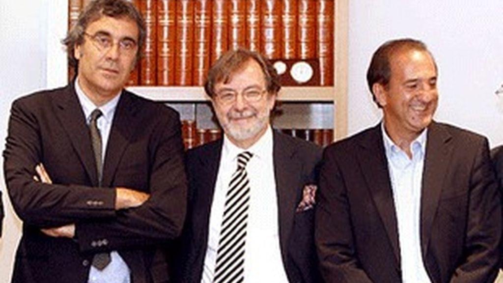 De izquierda a derecha, Tatxo Benet, Juan Luis Cebrián y José Miguel Contreras.