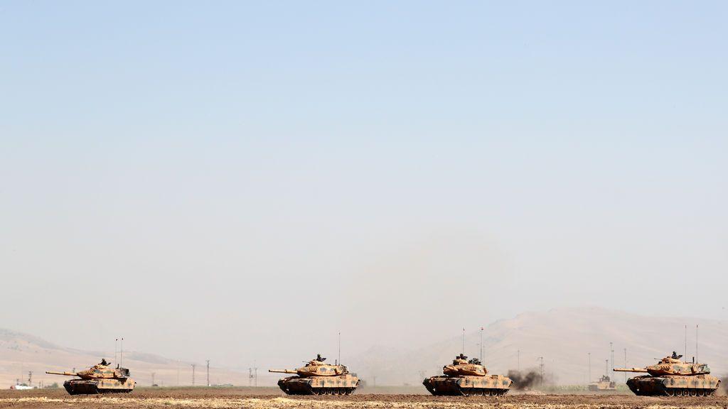 Tanques turcos maniobran durante un ejercicio militar cerca de la frontera entre Turquía e Irak