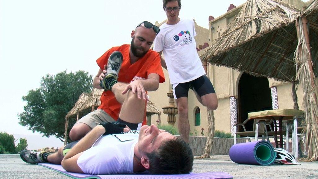 Conocemos la labor de Alberto, el fisio que ayuda a Sergio y Juanma durante el viaje