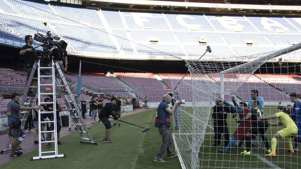 'Superlópez' se cuela en el Camp Nou con Messi. Imágenes del rodaje de la producción de Telecinco Cinema
