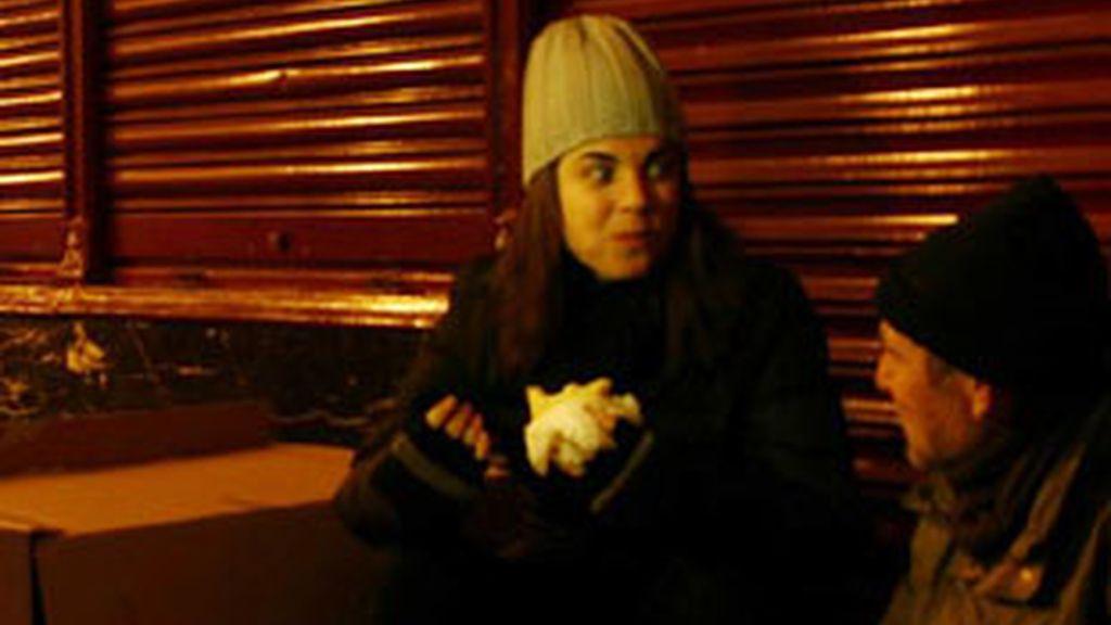 Samanta Villar, reportera de '21 días' (Cuatro) en su especial 'Entre cartones'.