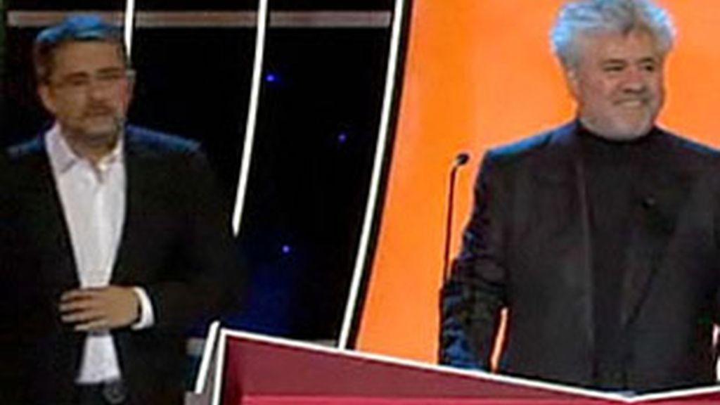 Aparición por sorpresa de Pedro Almodóvar en los Goya 2010, presentados por Andreu Buenafuente (izquierda).