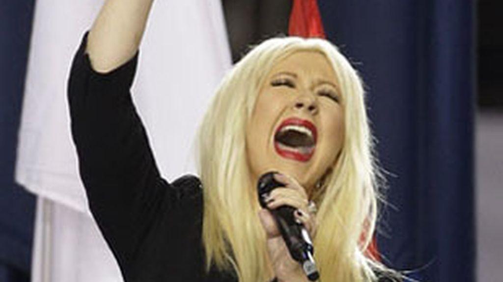 Christina Aguilera cantando el himno nacional de EEUU, en la Super Bowl 2011.