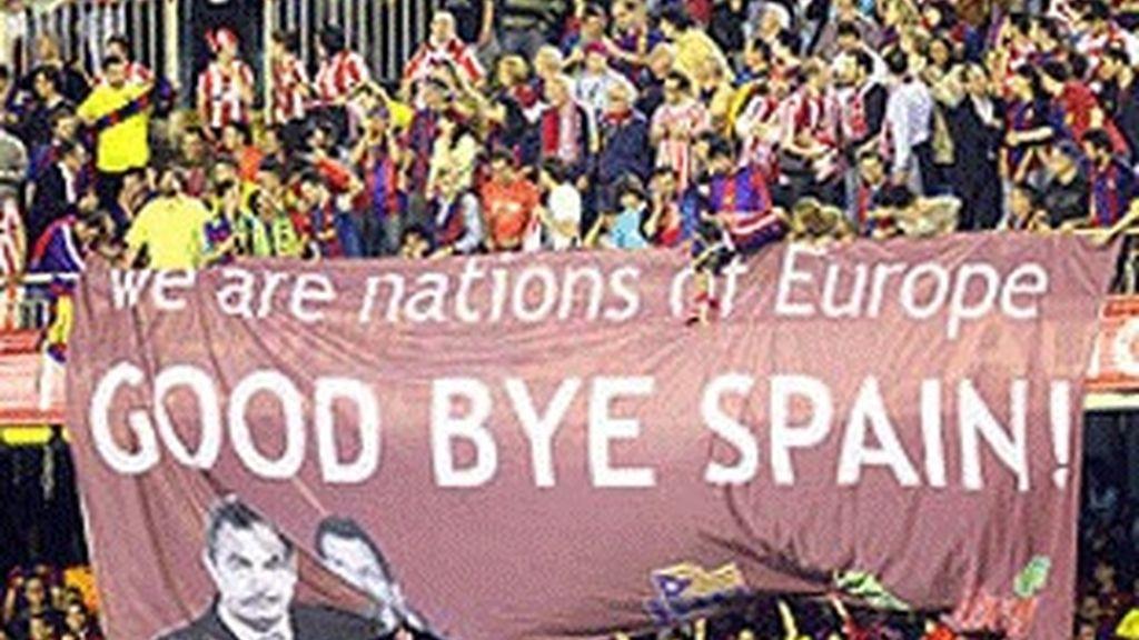 """Pancarta con el lema """"Somos naciones de Europa. Adiós España"""", exhibida en Mestalla durante la final de la Copa."""