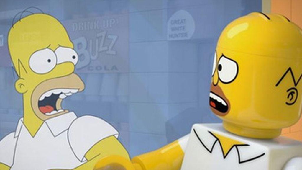 Homer enloquece intentando escapar de la ciudad de Springfield de Lego