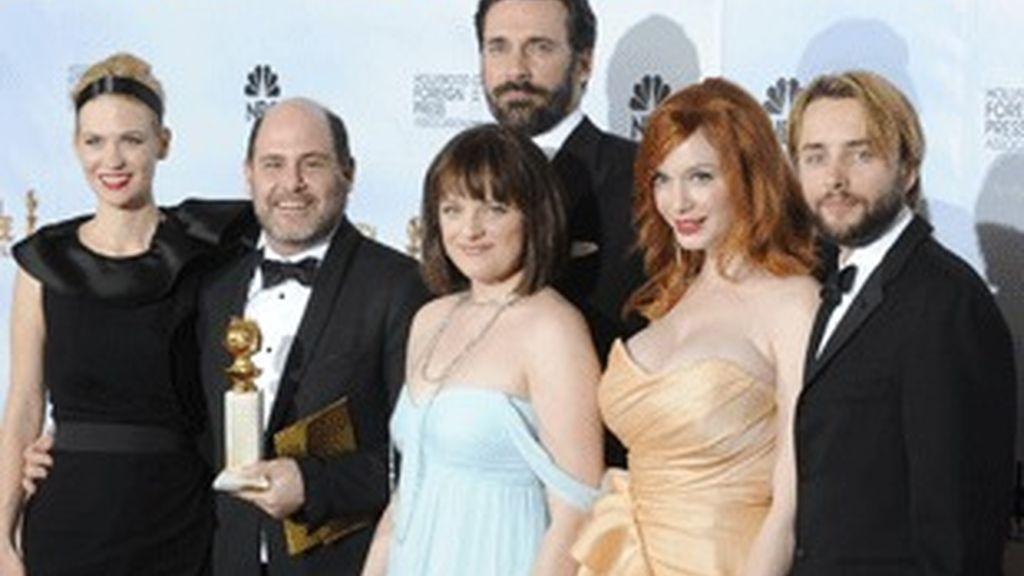 De izquierda a derecha, la actriz January Jones, el productor ejecutivo Matthew Weiner, el actor Jon Hamm, las actrices Elisabeth Moss y Christina Hendricks y su colega Vincent Kartheiser, con el Globo de Oro al mejor drama de televisión para 'Mad Men'.