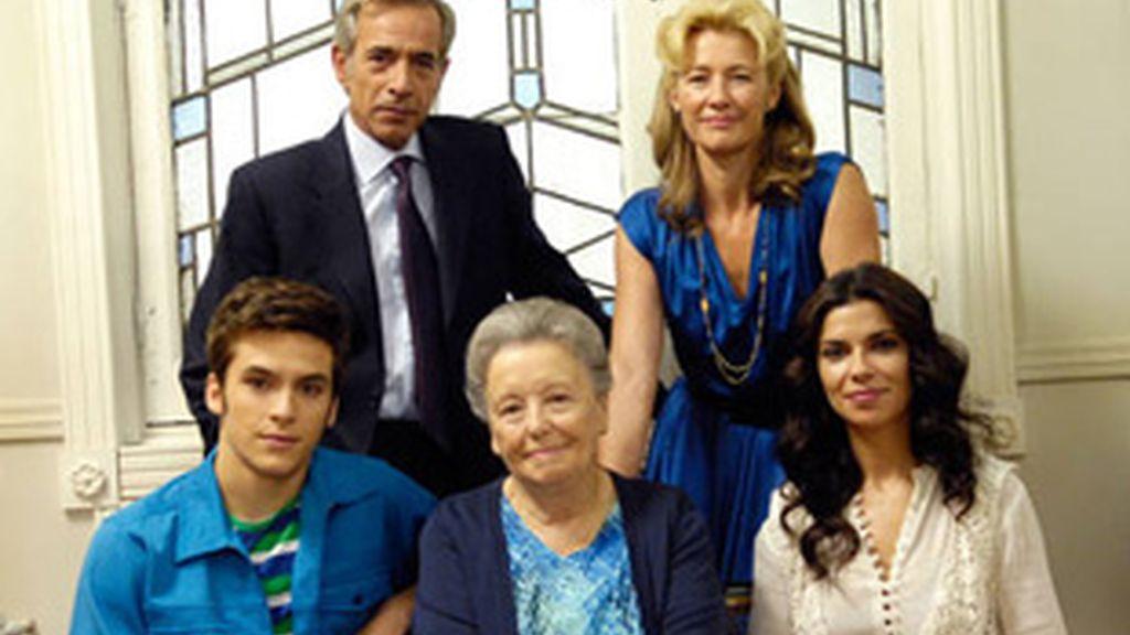 Los protagonistas de 'Cuéntame'. De izquierda a derecha y de arriba a abajo, Imanol Arias y Ana Duato, y Ricardo Gómez, María Galiana y Pilar Punzano.