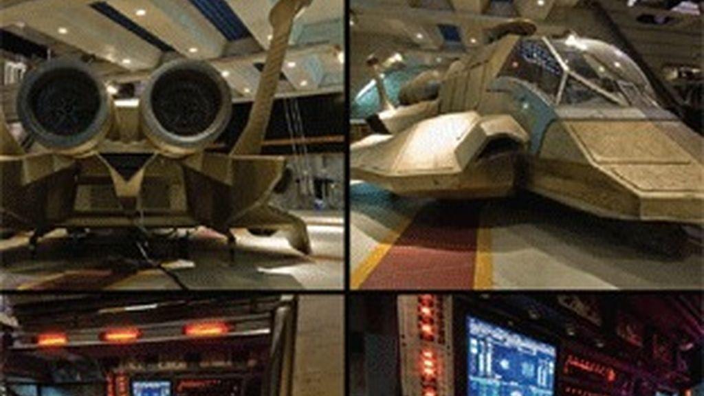 Panel de mandos y una de las naves Raptor de la serie 'Galactica'.