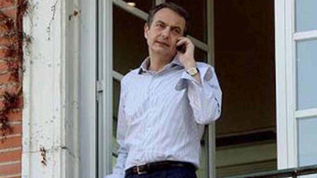 El presidente del Gobierno, José Luis Rodríguez Zapatero, habla por un móvil.