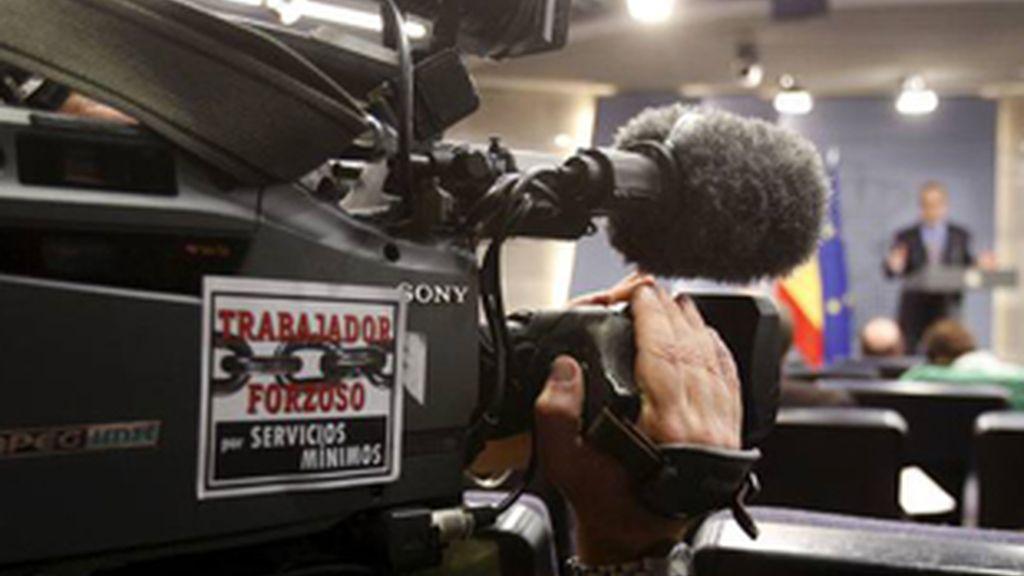 Un cámara de televisión, en la rueda de prensa del ministro de Trabajo, Celestino Corbacho, para informar del seguimiento de la huelga.