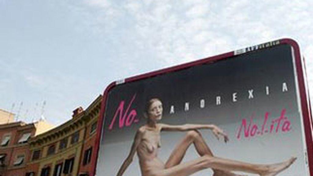 Polémica campaña de Oliviero Toscani para la firma de moda Nolita en la que la modelo era una enferma de anorexia.