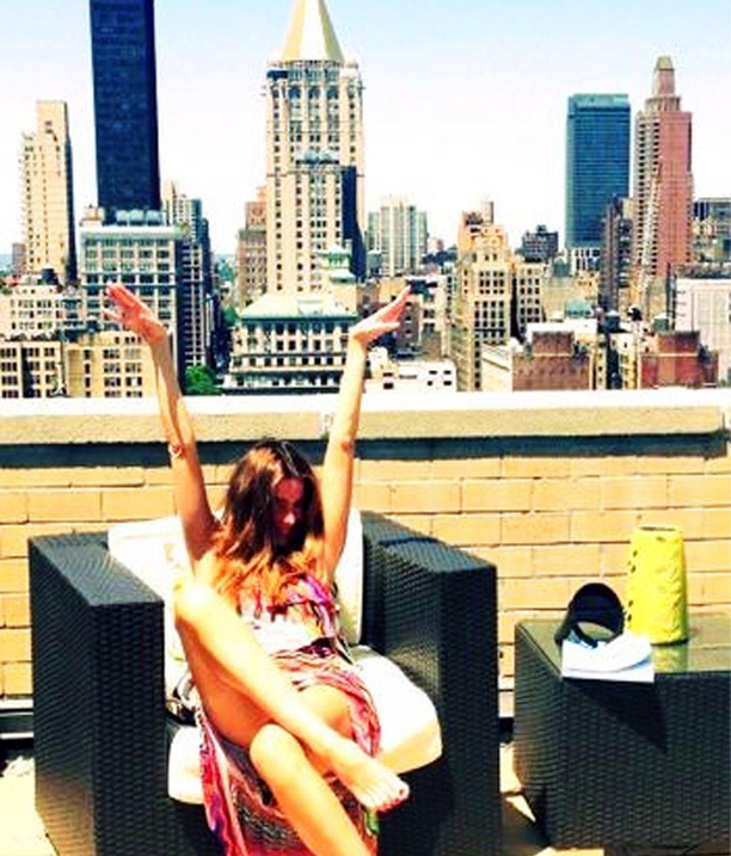 Sofía disfruta del sol en su terraza de Nueva York