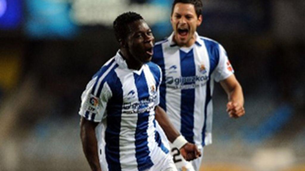 Jugadores de la Real Sociedad celebran un gol.