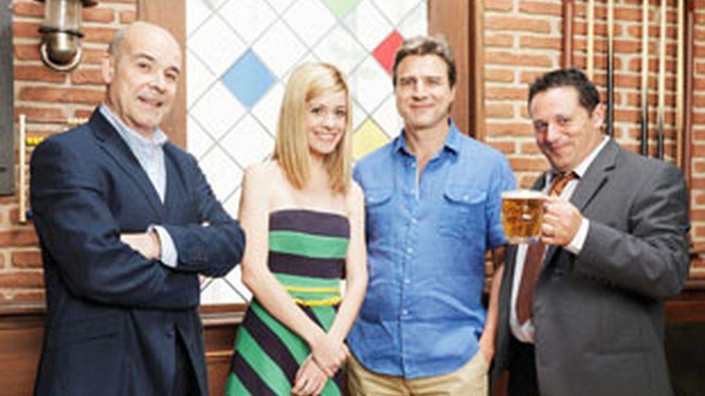 De izquierda a derecha, Antonio Resines, Alexandra Jiménez, Alberto Sanjuan y Pepón Nieto, protagonistas de 'Cheers'.