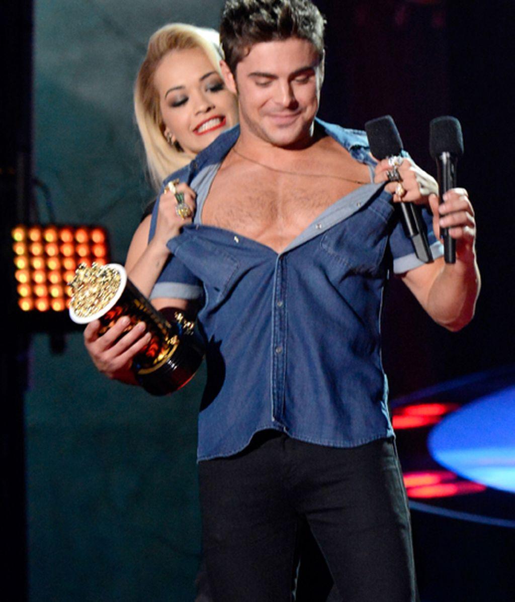 Zac Efron sin camiseta, el gran momento de la noche en el Kodak Theatre de Los Ángeles