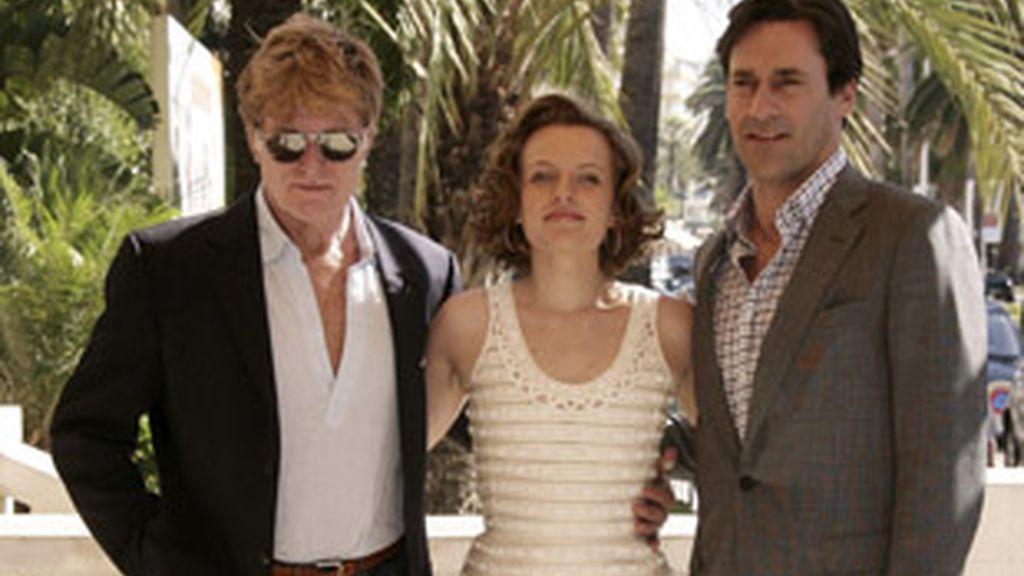 Robert Redford (izquierda), junto a los protagonistas de 'Mad men' Elisabeth Moss y Jon Hamm, en Cannes.